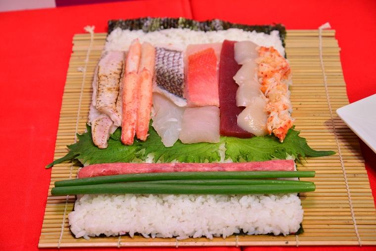 ↑特筆すべきはネタを巻く方向にあり。日本各地の旬の味は、カットされる場所で中身が異なるという華やかさです