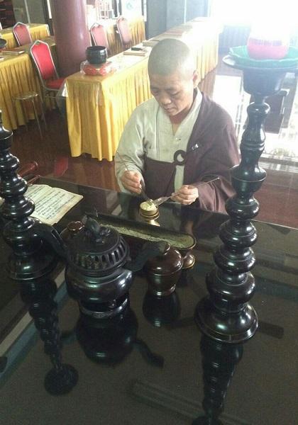↑道教の財神・趙公明の導きで霊符を謹製する王憶芳師