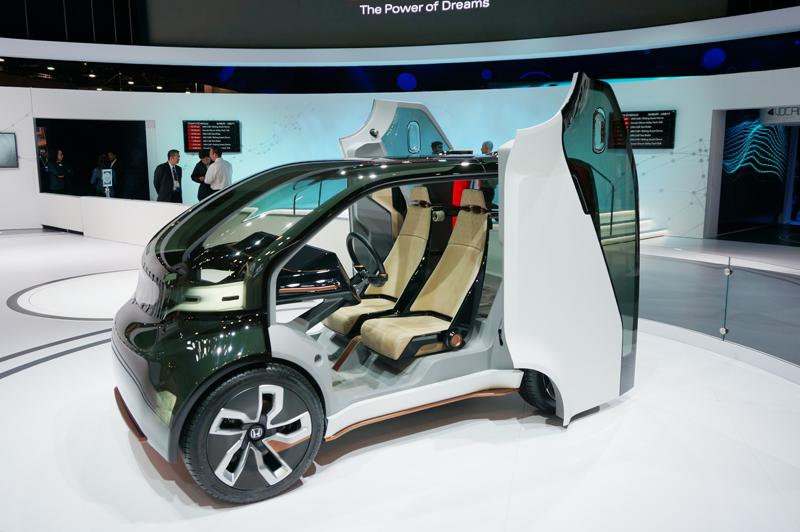 ↑ホンダが展示したペッパーのような感情エンジンを搭載するスマートカー「NeuV」