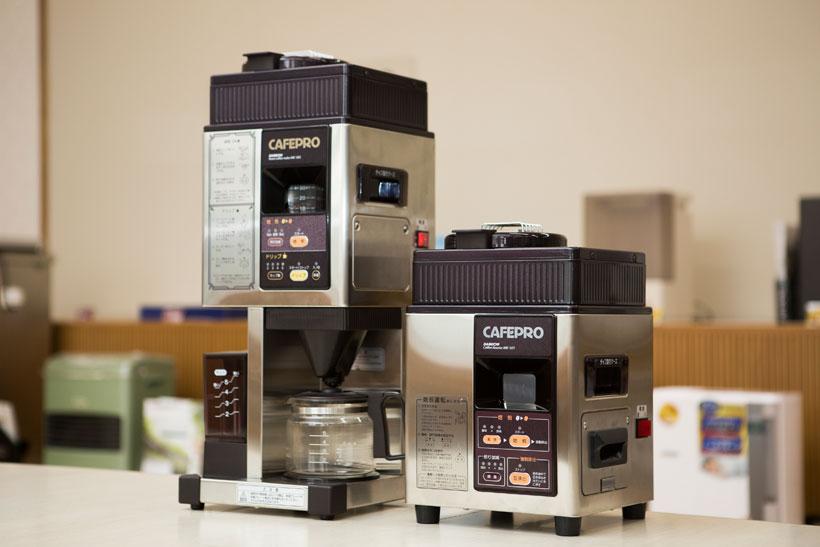 ↑写真左がドリップまで可能なカフェプロ503。右は焙煎専用機のカフェプロ101。どちらの製品も、絶妙な温度コントロールで豆を焙煎。焙煎後には素早く冷却して、豆の香りを閉じ込めてくれます