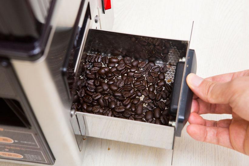 ↑カフェプロ503は、焙煎された豆がドリップ用のホッパーに自動供給されますが、カフェプロ101は本体横の引き出しから豆を取り出します