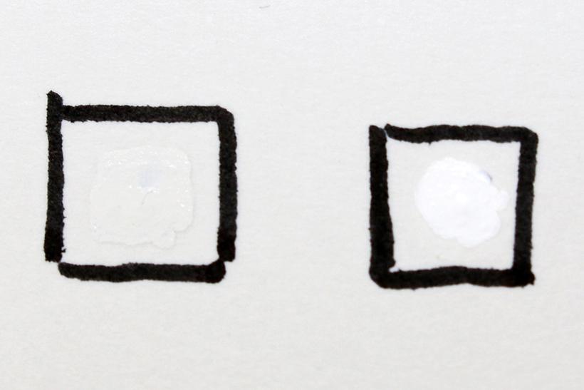 ↑はがきに修正液をたらして色味をチェック。左がはがき用、右が一般的な修正液。