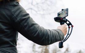 手持ちでもブレない! スマホに付けるだけでプロ級の動画が撮れる「人気カメラスタビライザー」2種