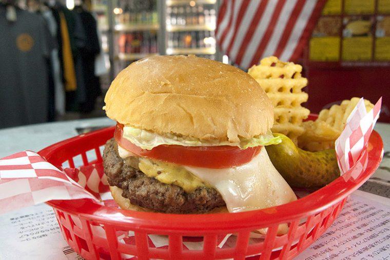 """「スーパー""""オイシイ""""バーガー」(850円)。サンディエゴ""""STONE BREWING""""が製造 する16種類のソースの中から店イチ推しのディジョンマスタードをチョイス。鋭い酸 味が食欲を直撃!"""