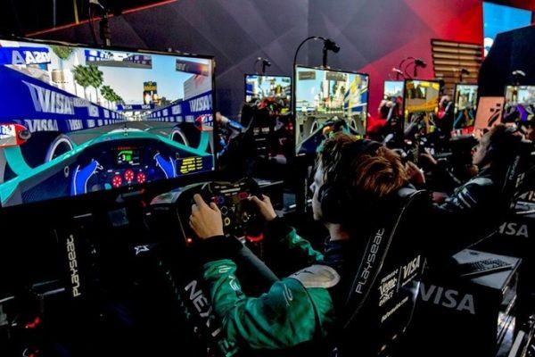 ↑新春のラスベガスで、リアルレーシングドライバーとゲーマーが激突!