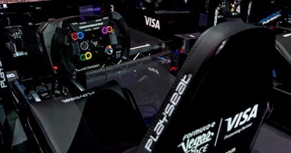 ↑アーケードゲームのようなシミュレーター20台で戦う。ゲーマーもレーシングスーツ着用でプレイする