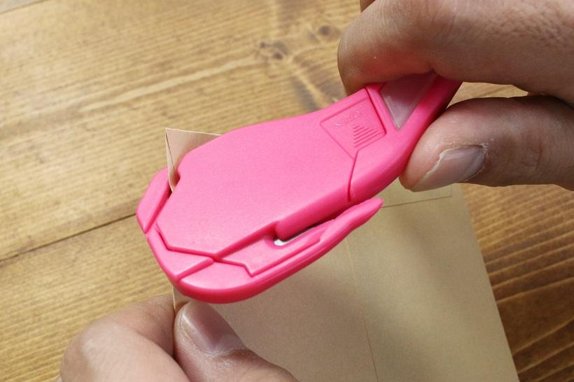 ↑封筒のカドにサブ刃を入れてカット