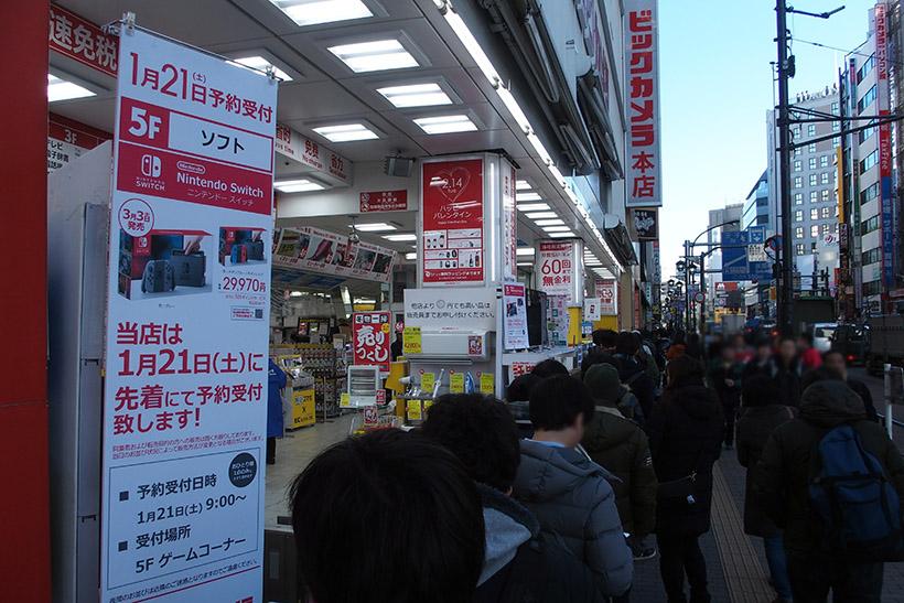 ↑午前8時50分に池袋ビックカメラ本店に到着。店の前にも列ができていますが、店内の階段にも並んでいるそうで、200人以上が並んでいました