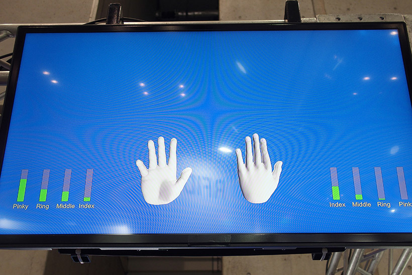 ↑笛の奏者の指の動きがデータ化され、モニターで可視化されています