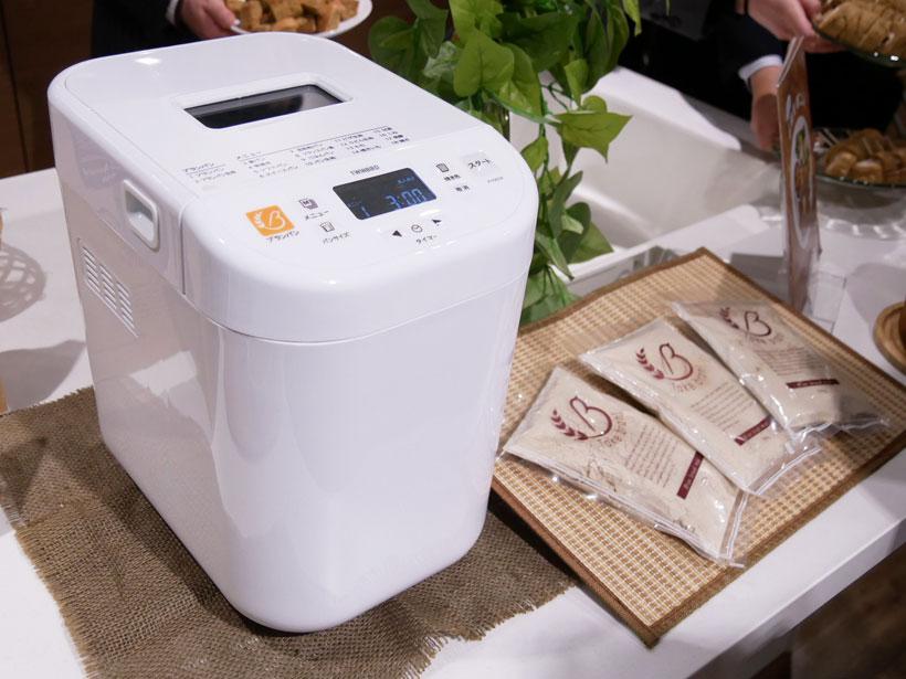↑「PY-5634W」の希望小売価格は2万円。3斤分のミックス粉は1200円(共に税別)