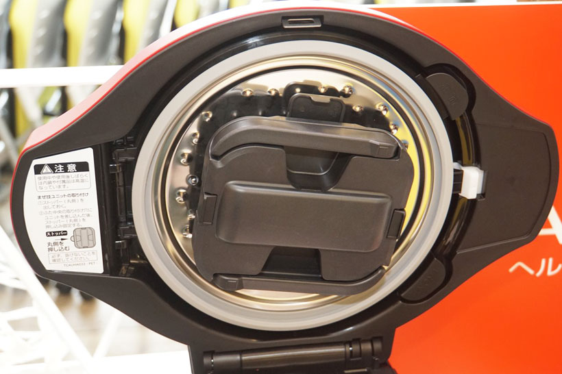 ↑内鍋の内ブタ部分に自動的に開閉する「まぜ技ユニット」が搭載されている