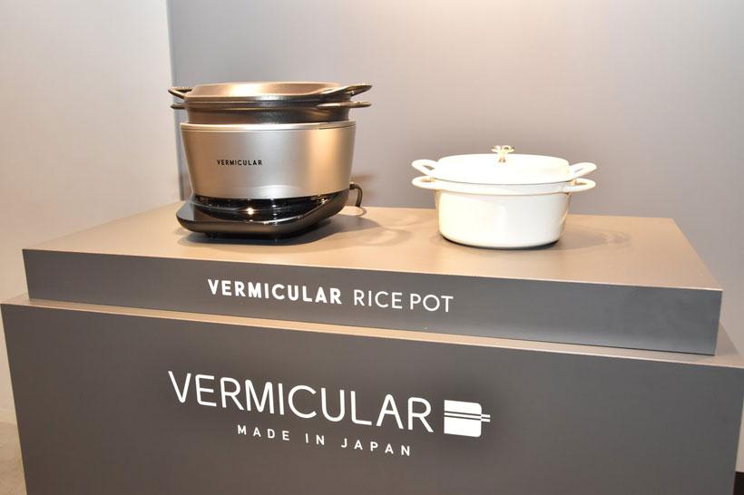 ↑バーミキュラの「バーミキュラ ライスポット」(写真左)。写真右は2010年から販売している鋳物ホーロー鍋の「オーブンポットラウンド」