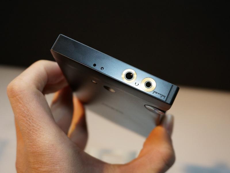 ↑トップに3.5mmのアンバランス出力のほか、2.5mmのバランス出力のイヤホン端子を搭載
