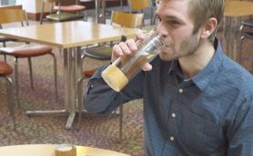 グラスが浮く! クラウドファンディングサイトで見つけた「秀逸なドリンクグッズ」3選