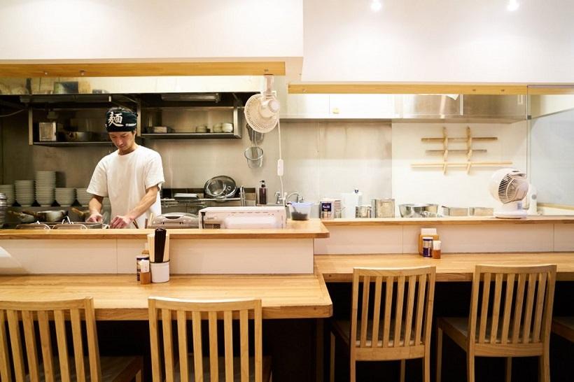 ↑店内には白木が美しい13席のカウンター。職人の手さばきを間近で見ることができるのも特徴です