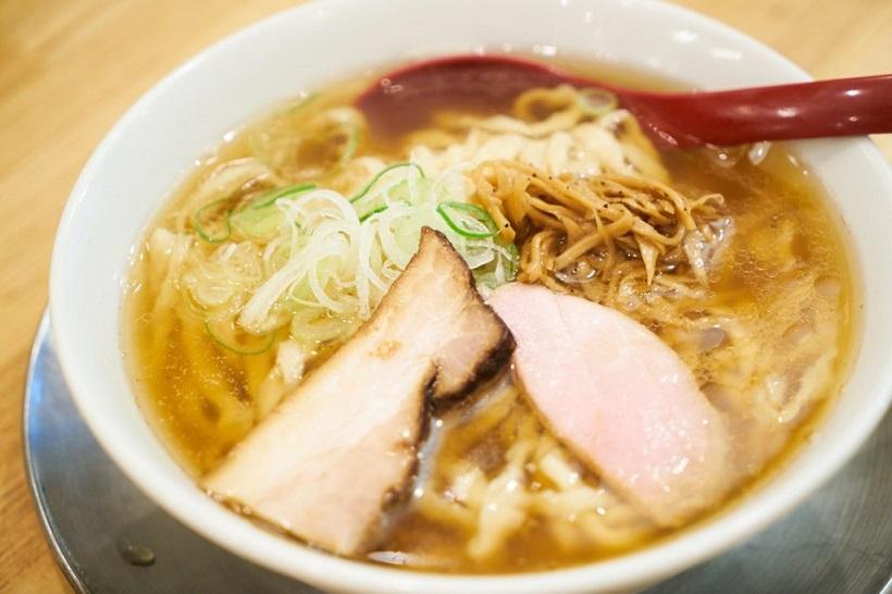 ↑喜多方らーめん(醤油)並盛150g(820円)。弓削田醤油の「吟醸純生しょうゆ」をかえし(タレ)のベースに、丸鶏と煮干しによるスープを合わせた一杯です