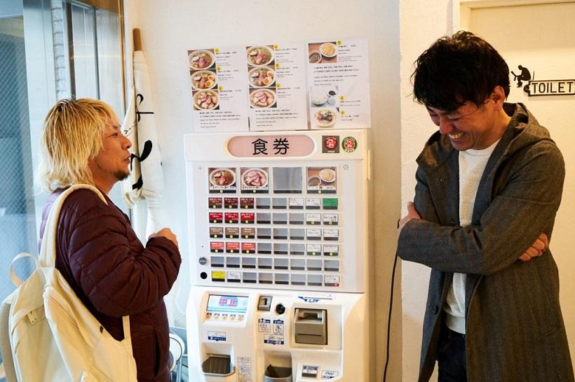 ↑阪田店主とのマニアックなラーメン談議に花を咲かせる田中さん。知人のラーメン好きから紹介され、いまではお酒を酌み交わすほどの仲だそうです