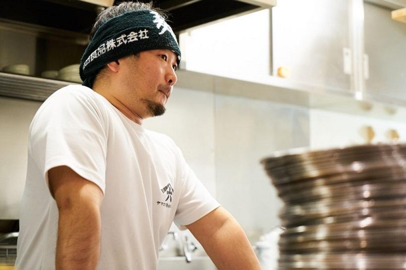 ↑取材時、店主の代わりにラーメンを作ってくれた店長の佐藤勇二さん。ちなみに、七彩の店主は阪田さんのほかに藤井吉彦さんがいて、Wオーナー制というのも珍しい特徴です