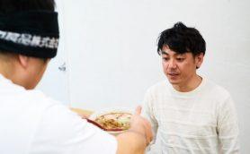 常識を覆す新発想のラーメン! 眼前で紡がれた打ち立て麺を楽しめる八丁堀「七彩」