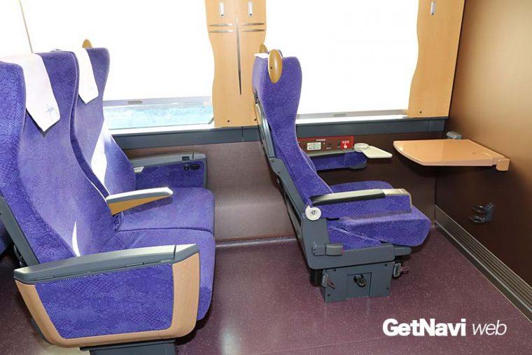 ↑2号車に設けられた1人掛け用の車椅子対応シート。窓間の飾りは江戸小紋の縁起物「勝虫」(トンボ柄)