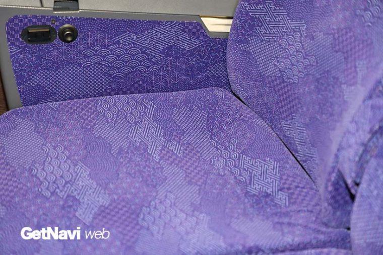 ↑腰かけの色は江戸紫で、柄は江戸小紋の「継小紋」をモチーフとした。コンセントも全座席に装着される