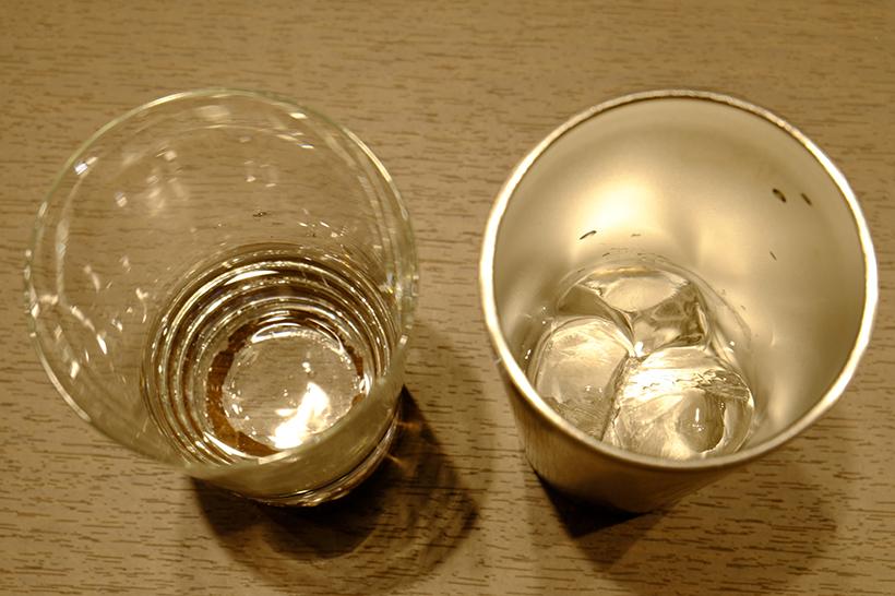 ↑ガラスのコップ(左)とサーモスのタンブラー(右)に氷を入れてから、5時間ほど放置したものがこちら。タンブラーには、いまだに氷が残っていました