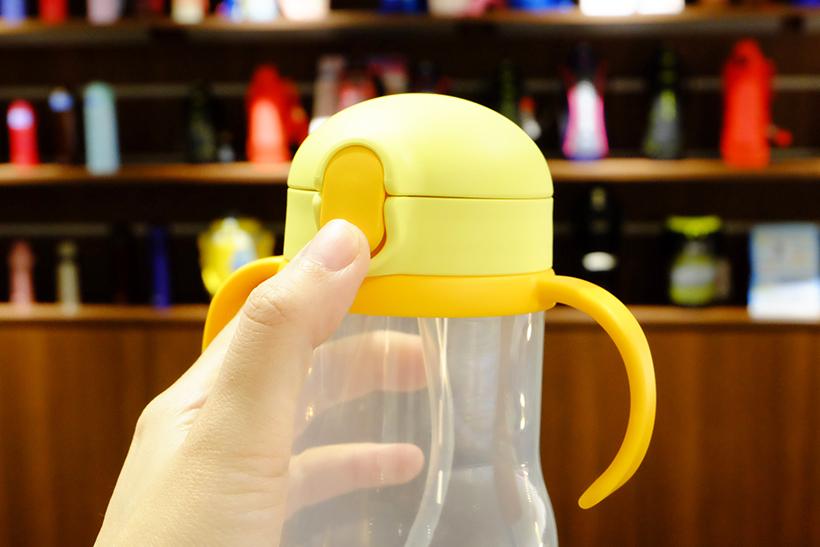 ↑ボタンを押すだけでワンタッチ・オープン! カチッと閉まると液漏れの心配がないので、持ち運びに便利です