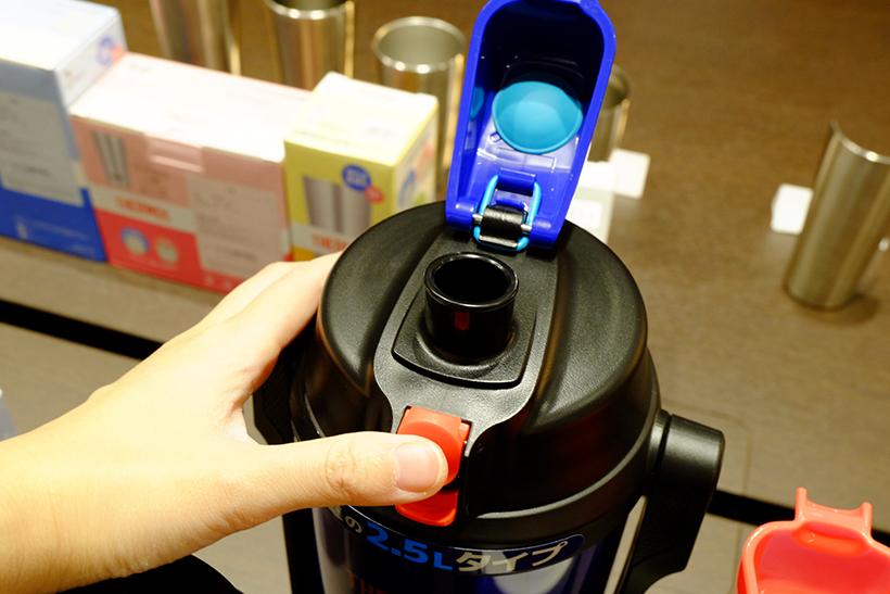 ↑ワンタッチ・オープン機能が搭載。片手で開けることができます。移動するときはロックの操作も簡単です。ステンレス製なので、保冷力がUP