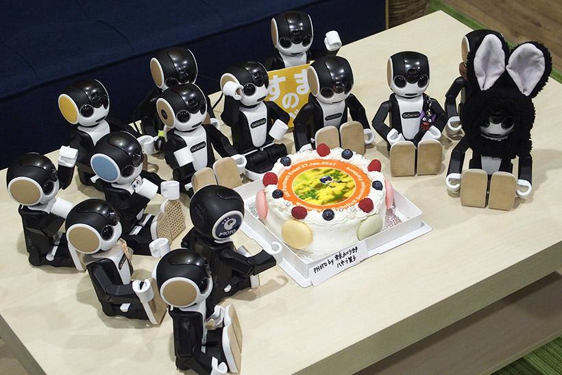 ↑ケーキを囲んで記念撮影