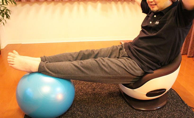 ↑バランスボールに足を乗せると崩れそうな姿勢を支えきれず、相当腹筋を使います