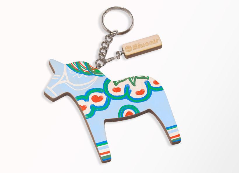 ↑スウェーデンの木彫りの馬「ダーラナホース」に色を塗るワークショップを開催。「ダーラナホース」は幸せを運ぶ馬と言われているので、キーホルダーにして持ち歩いてみては?