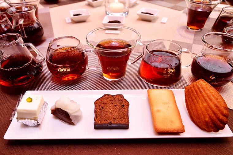 ↑左から、赤坂「しろたえ」の名物・レアチーズケーキ、京都「一善や」のいちじくのガナッシュ求肥包み。中央から右の3つは須賀さん自家製のオレンジピール入りチョコレートケーキ、小豆入りフィナンシェ、アーモンドマドレーヌ