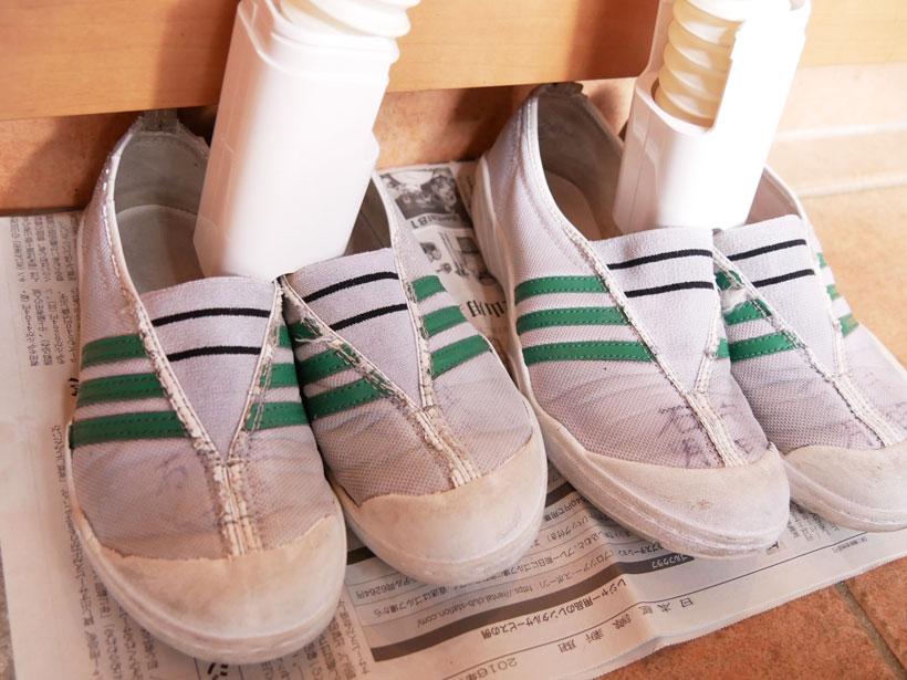 ↑上履きを2足同時に乾かすことが可能! なお、先に新聞等で水分をふきとります