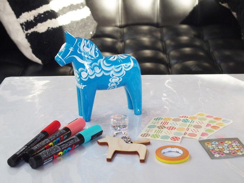 左上の青い木馬がダーラナホース。これに模したキーホルダーにポスカで色を塗ったり、マスキングテープやシールで装飾したりして楽しむことができます。
