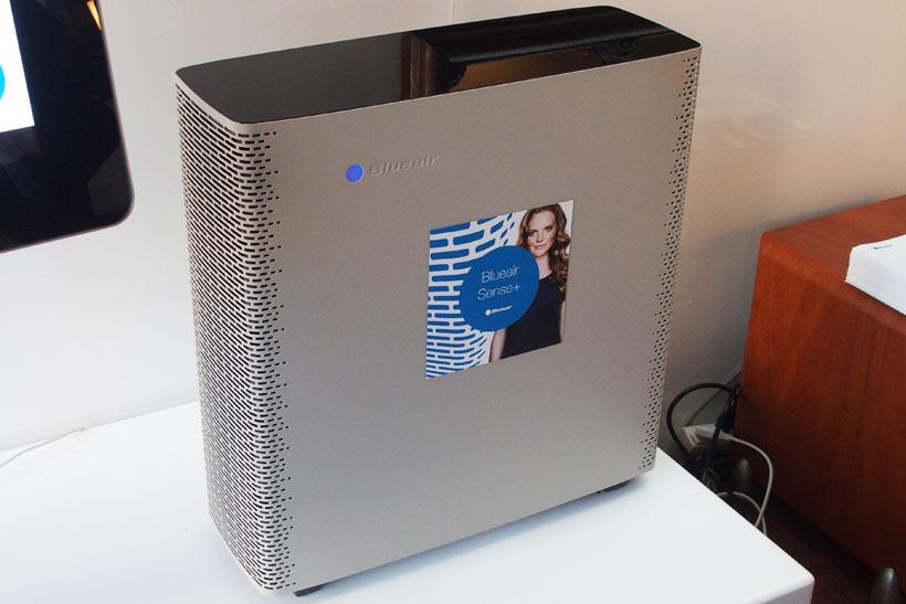 ↑世界各国のデザイン賞を受賞した空気清浄機、Blueair Sense+。すべてのボタンをなくし、モーションセンサーを利用して操作します