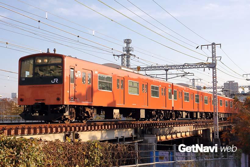 ↑大阪環状線を走るオレンジ色の201系。今後、新型323系の量産化で車両数を大幅に減らしそうだ
