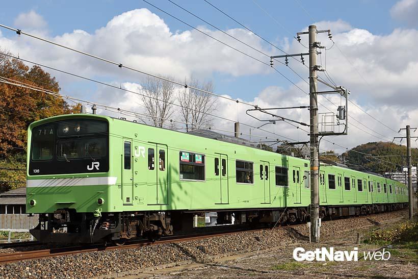 ↑関西線を走る201系電車。同路線の普通電車のほとんどが、このウグイス色の201系で運行されている