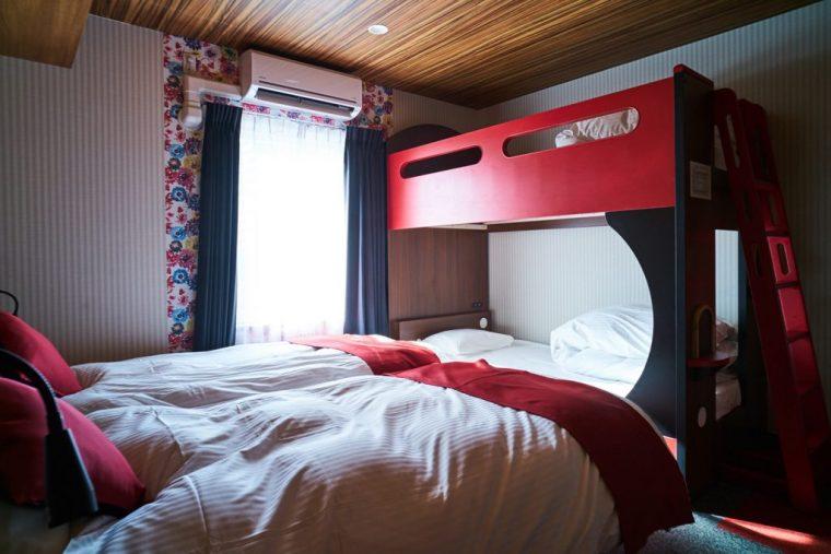 ↑シングルベッドをハリウッドツインに置き、足側に2段ベッドを設置した「ファミリー&レジャー4」