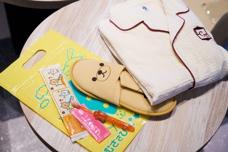 ↑「むささびくん」と呼ばれている子ども用アメニティ。かわいいスリッパと歯ブラシ、130サイズの子ども用ルームウエア