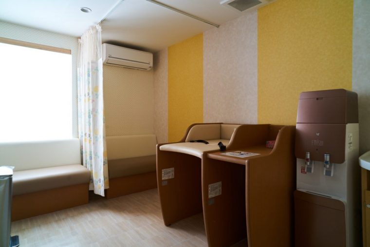 ↑館内には授乳室やコインランドリーも完備、アイロンなどの備品貸出コーナーも充実