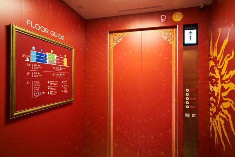 ↑エレベーターの中もアーティスティック♪