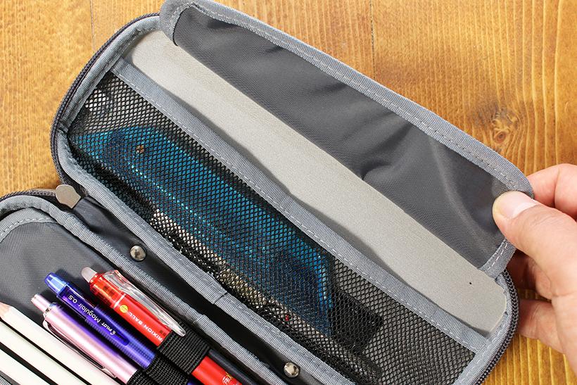 ↑薄物を入れるメッシュポケットには、幅広のフラップ付き