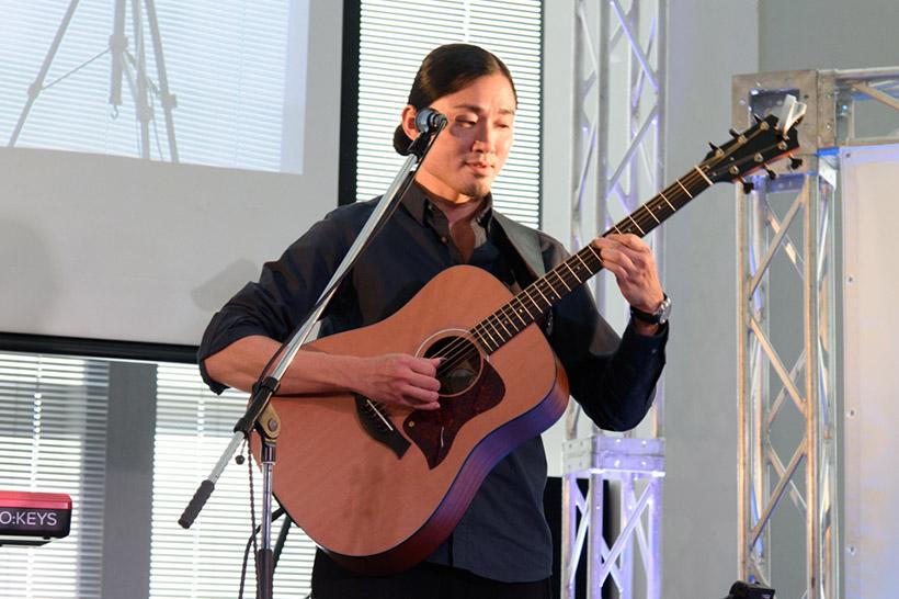 ↑BOSSのアンプ「Acoustic Singer」シリーズを使ってライブを披露したbonobosの小池龍平さん