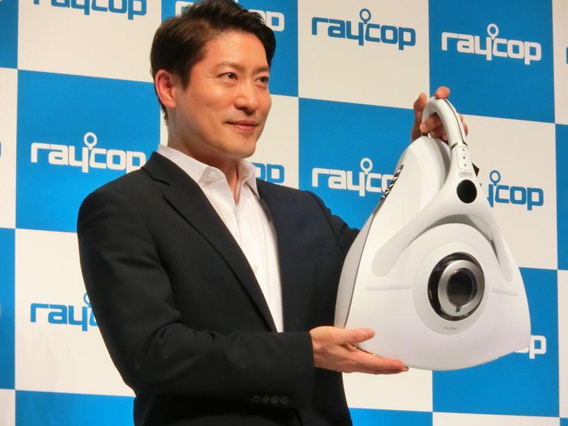 ↑新製品を手にしたレイコップ・ジャパンのリ・ソンジン社長