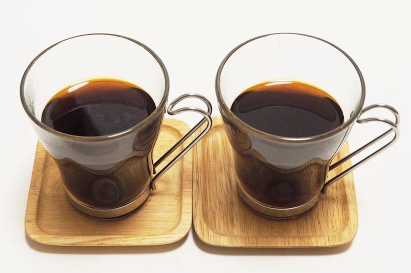 ↑左が沸騰コーヒーで右が85℃コーヒー。沸騰コーヒーのほうが色が若干濃いめ。最大の違いは、沸騰コーヒーの表面にはコーヒーの油が浮いていること。このためか、意外にも香りは沸騰コーヒーのほうが上。ただし、味は85℃コーヒーのほうがまろやかで旨みがあり、奥深さがありました