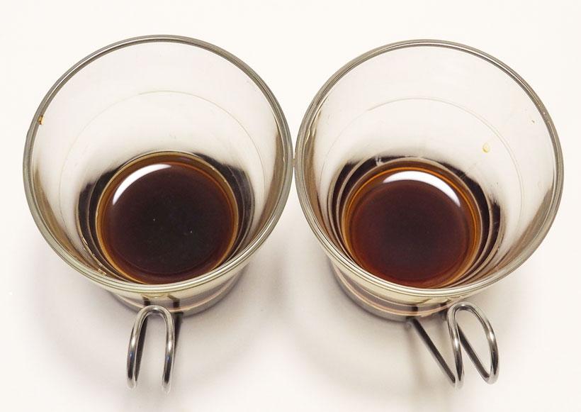 ↑2時間置いたコーヒー。右の85℃コーヒーは澄んでいてカップの底が見えるが、左の沸騰コーヒーは少し濁って底が見えない。味も沸騰コーヒーはえぐみと酸味が強くなっている