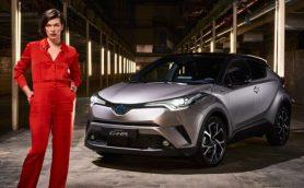 流れるデザインからインスピレーション? ミラ・ジョヴォヴィッチがトヨタ新型「C-HR」と共演!