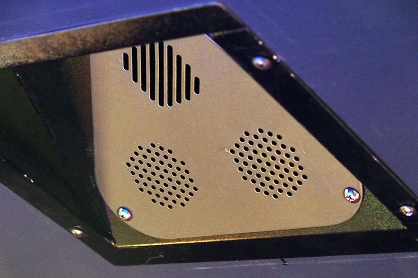 ↑VR SENSE内部の天井に設置されたデバイス。ここから風や臭い、ミストが出るのかも?