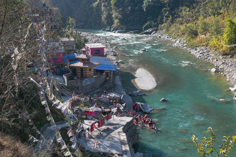 ↑ポカラからバスで5時間の場所にあるシンハ温泉。温泉は川沿いにある1箇所のみ