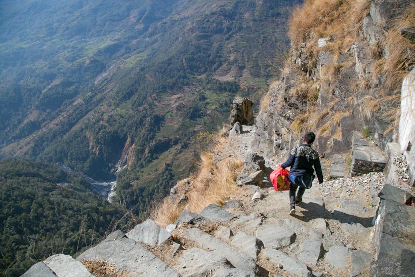 ↑数百メートルの崖に作られた険しい道を通らないといけない温泉